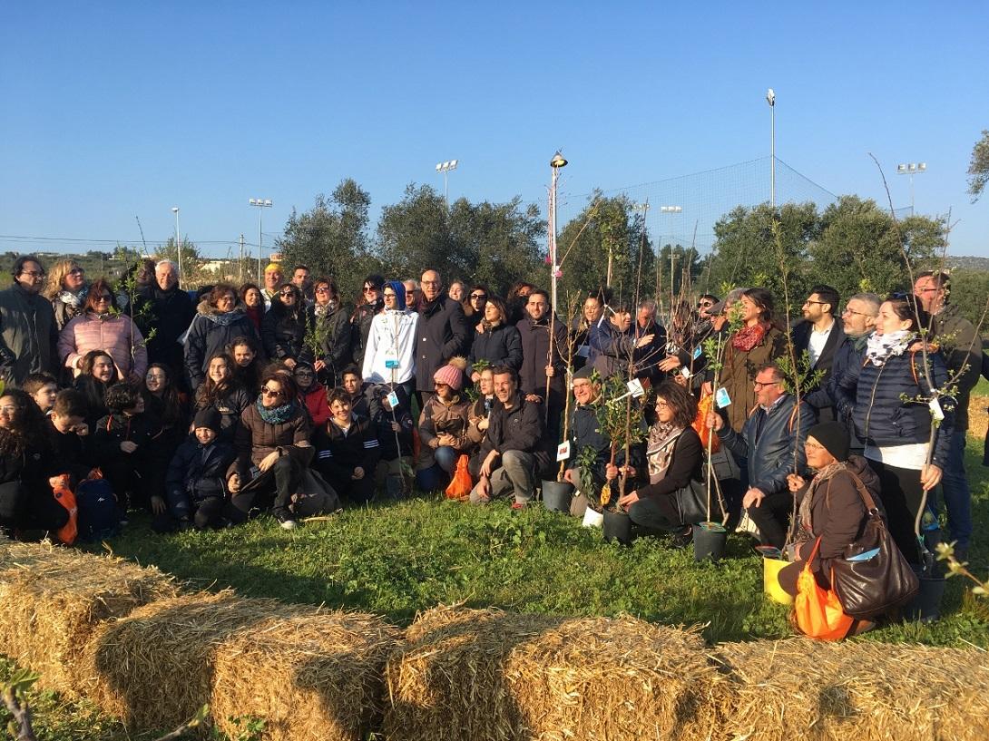 Una foto del primo Gardentopia Day, con i rappresentanti di tutti i giardini lucani coinvolti nel progetto