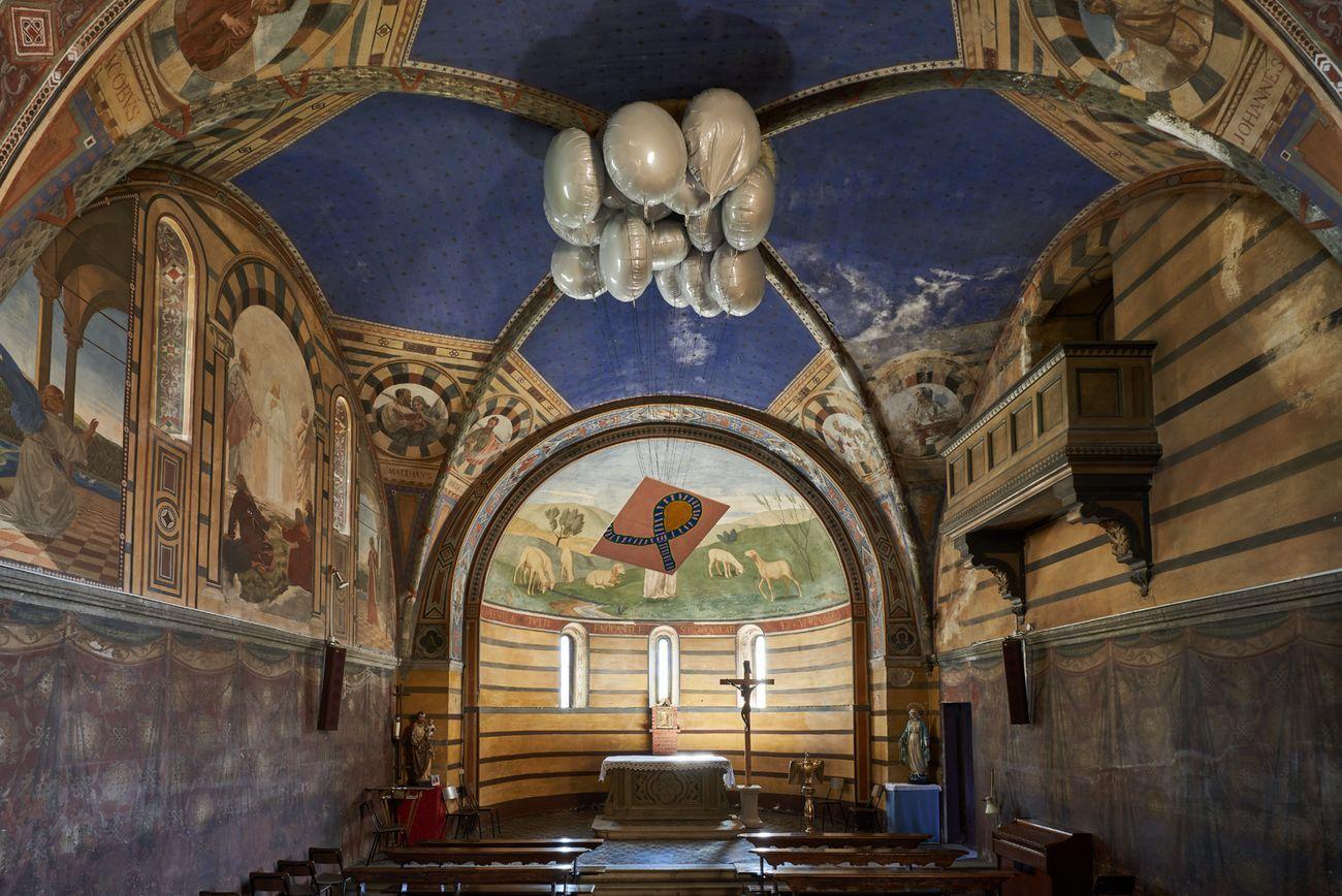 Davide Mancini Zanchi, Finching Masaccio, 2019, quadro, corde, palloni e gas elio, dimensioni variabili. Photo Alberto Petrò