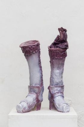 Emiliano Maggi, Imperial Purple Velvet Glove on Boot Hose, 2019, glazed ceramic, 65x42,5x28cm. Courtesy Operativa Arte & the artist