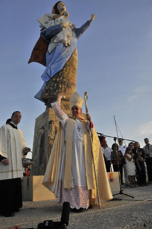 Il vescovo benedice la Madonnina di Livorno