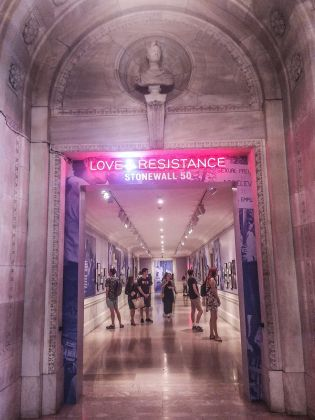 L'ingresso alla mostra Love & Resistance alla New York Public Library. Photo Maurita Cardone