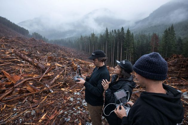 Nicholas de Pencier e Jennifer Baichwal con il pilota di droni Mike Reid sul luogo di un disboscamento a nord di Port Renfrew, Vancouver Island, British Columbia. Photo TJ Watt. Courtesy Anthropocene Films Inc. © 2018