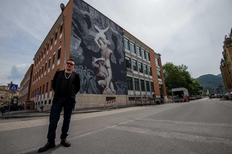 OZMO dinanzi al suo muro Al suono delle trombe, 2019, Rieti. Ph. Marco Bellucci