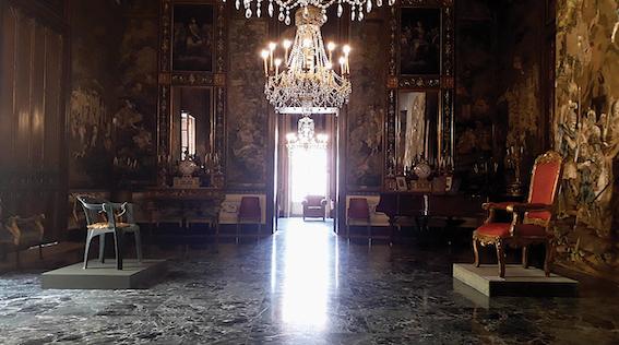 Poltrona in plastica, oggetto della collezione Lotà Raia, FAMILY CONNECTION, particolare dell'allestimento al Museo Palazzo Mirto, Palermo