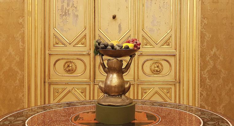 Rospo porta frutta in rame, oggetto della collezione Lotà Raia, FAMILY CONNECTION, particolare dell'allestimento al Museo Palazzo Mirto, Palermo