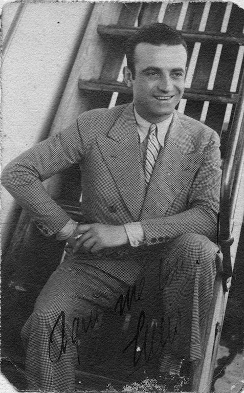 Lucio Fontana seduto sulla scaletta della nave di ritorno dall'Argentina, 1927. Copyright: Fondazione Lucio Fontana, Milano.