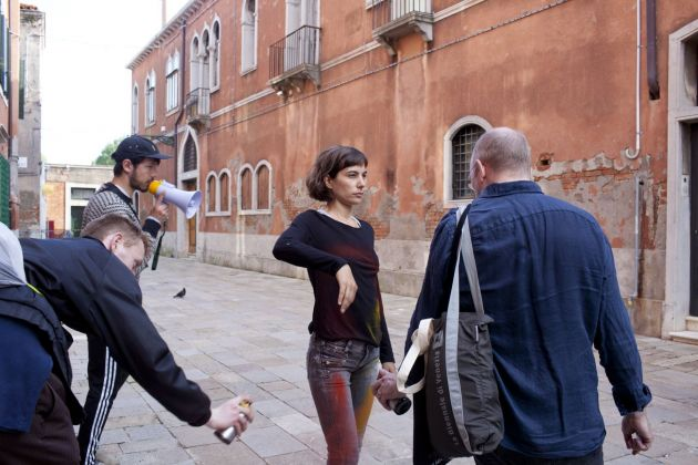 Biennale di Venezia, 2019. Catalonia In Venice_To Lose Your Head. Marcel Borrrás, She Appropriates in Present, 2019, performance. Photo Lluís Tudela. Courtesy Institut Ramon Llull