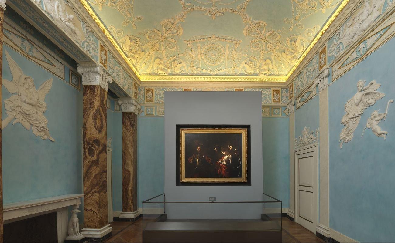 Interno delle Gallerie di Palazzo Zevallos Stigliano, Napoli, con l'opera di Caravaggio