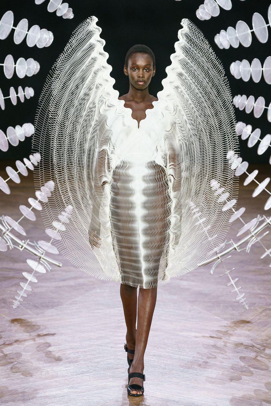 Calendario Sfilate Parigi Settembre 2020.La Moda Di Iris Van Herpen A Parigi Artribune