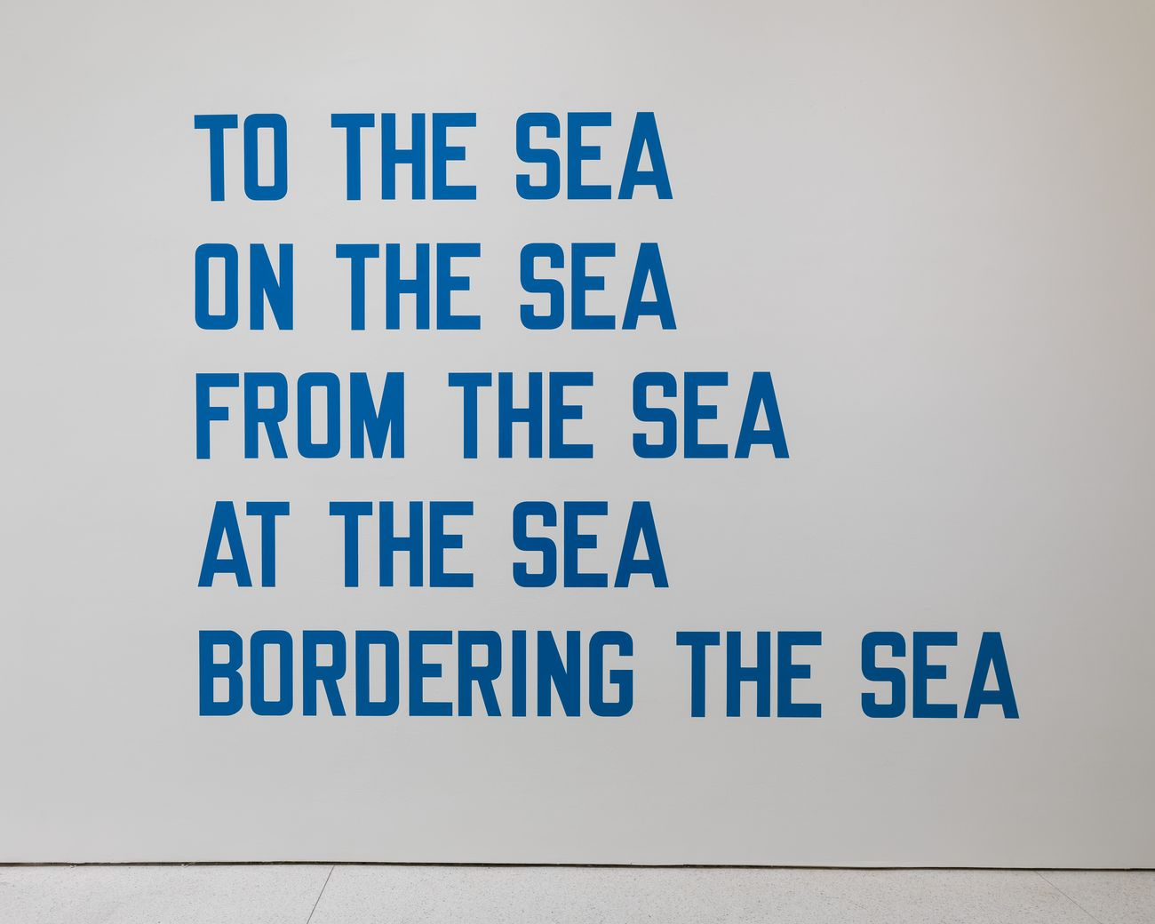 Lawrence Weiner, To the Sea - On the Sea - From the Sea - At the Sea - Bordering the Sea, 1970. Solomon R. Guggenheim Museum, New York, Collezione Panza © 2019 Lawrence Weiner - Artists Rights Society (ARS), New York