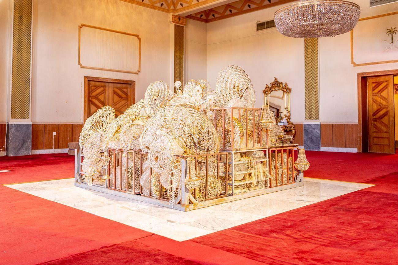 L'opera con gli chandeliers dell'artista Sultan bin Fahad che apre la mostra The Red Palace a Riad, 2019