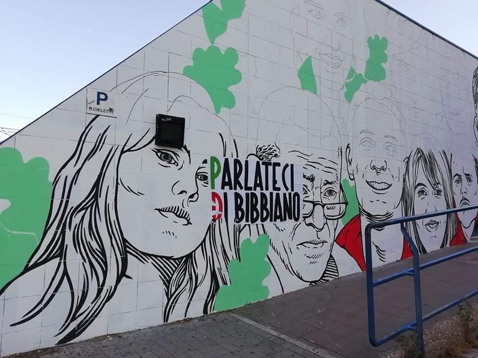 Il muro di Lucamaleonte a Ostia, sfregiato da un manifesto di Casapound su Bibbiano