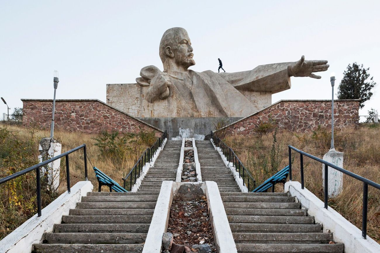 Monumento a Lenin (1965). Istaravshan, Tajikistan. Photo Stefano Perego, da Soviet Asia, pubblicato da FUEL