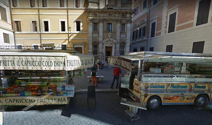 Piazza dei Crociferi adiacente a Fontana di Trevi