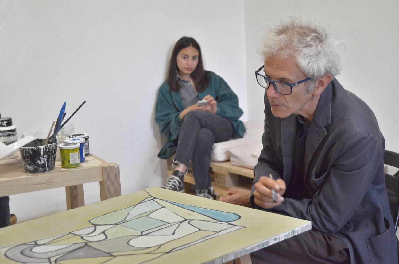 Quinto appuntamento di OPENWORK, a focus on paintings Sergio Sarra Giuliana Benassi; Sergio Sarra al lavoro; SenzaBagno, Pescara, 2019, photo Andrea Joppas