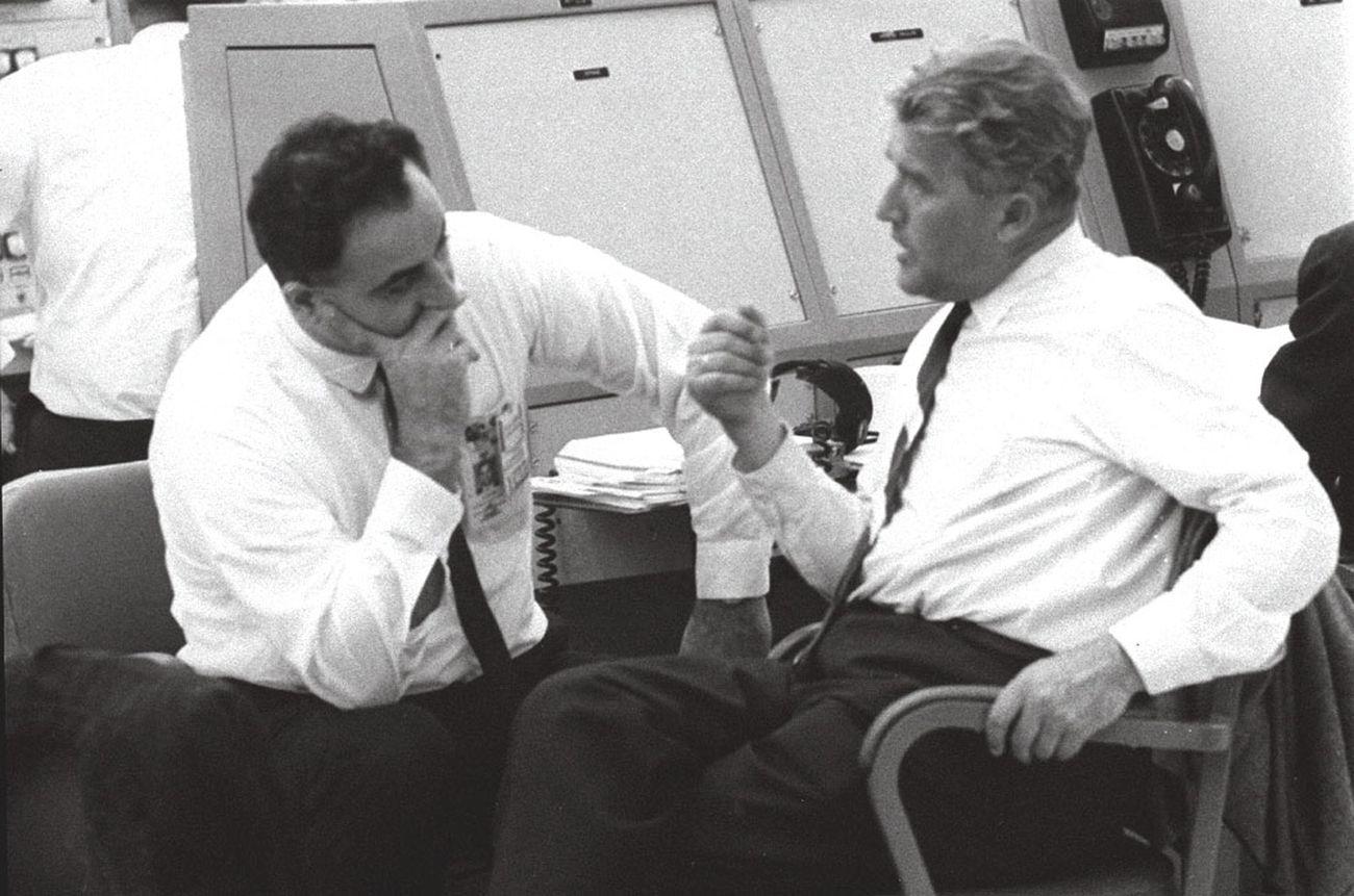 Rocco Petrone a colloquio con Wernher Von Braun, durante una pausa nei preparativi per il lancio dell'Apollo 1. Courtesy NASA via Wikipedia