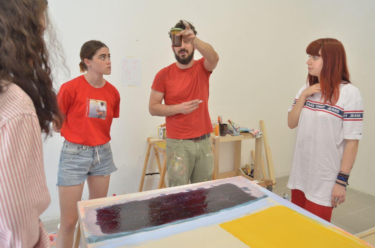 Sesto appuntamento di OPENWORK, a focus on paintings Andrea Kvas Giulia Pollicita; Andrea Kvas al lavoro; SenzaBagno, Pescara, 2019, photo Andrea Joppas