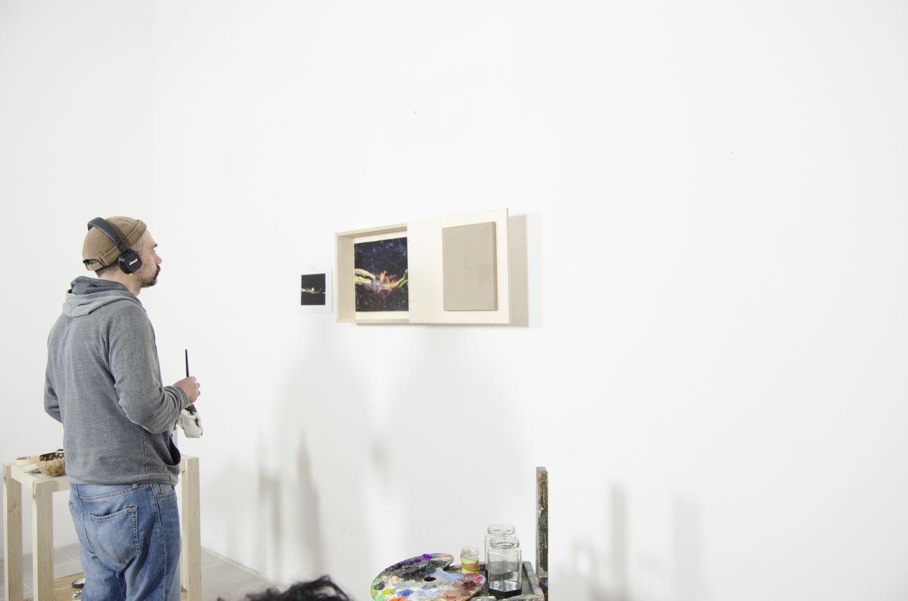 Terzo appuntamento di OPENWORK, a focus on paintings Matteo Fato Simone Ciglia; Matteo Fato al lavoro; SenzaBagno, Pescara, 2019, photo Andrea Joppas