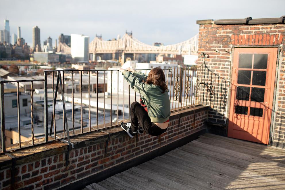 Arianna Carossa sul tetto del Metropolitan Building dove è ospitato il suo studio