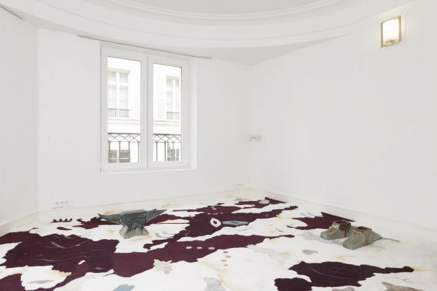 Bea Bonafini, Chambre Dix, 2018. Pastel on wool and nylon carpet inlay, 440x400 cm. Site specific commission for Sans titre (2016). Ceramics by Paloma Proudfoot