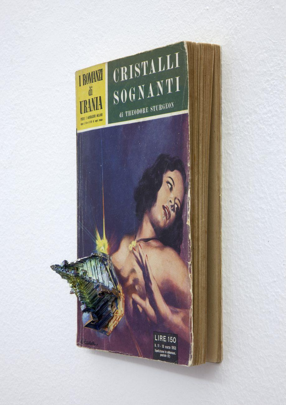 Elisa Sighicelli, The Dreaming Jewels, 2015, The Dreaming Jewels in edizione italiana, Urania Mondadori, 1953 con cristallo di bismuto. Photo credit Sebastiano Pellion di Persano