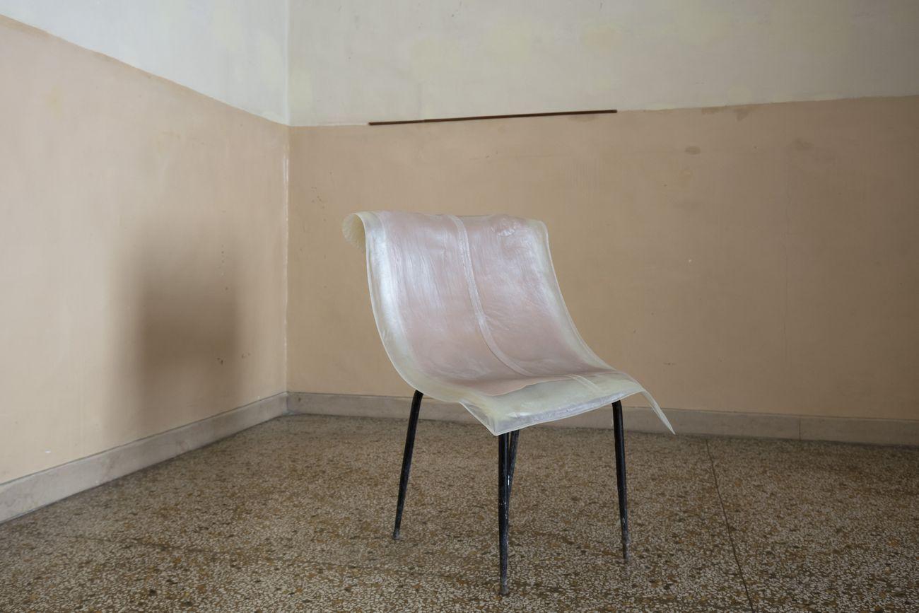 Liz Magor, Casual, 2012. Lo spazio esistenziale. Definizione #2. Installation view at Fondazione Morra, Napoli 2019. Photo Amedeo Benestante