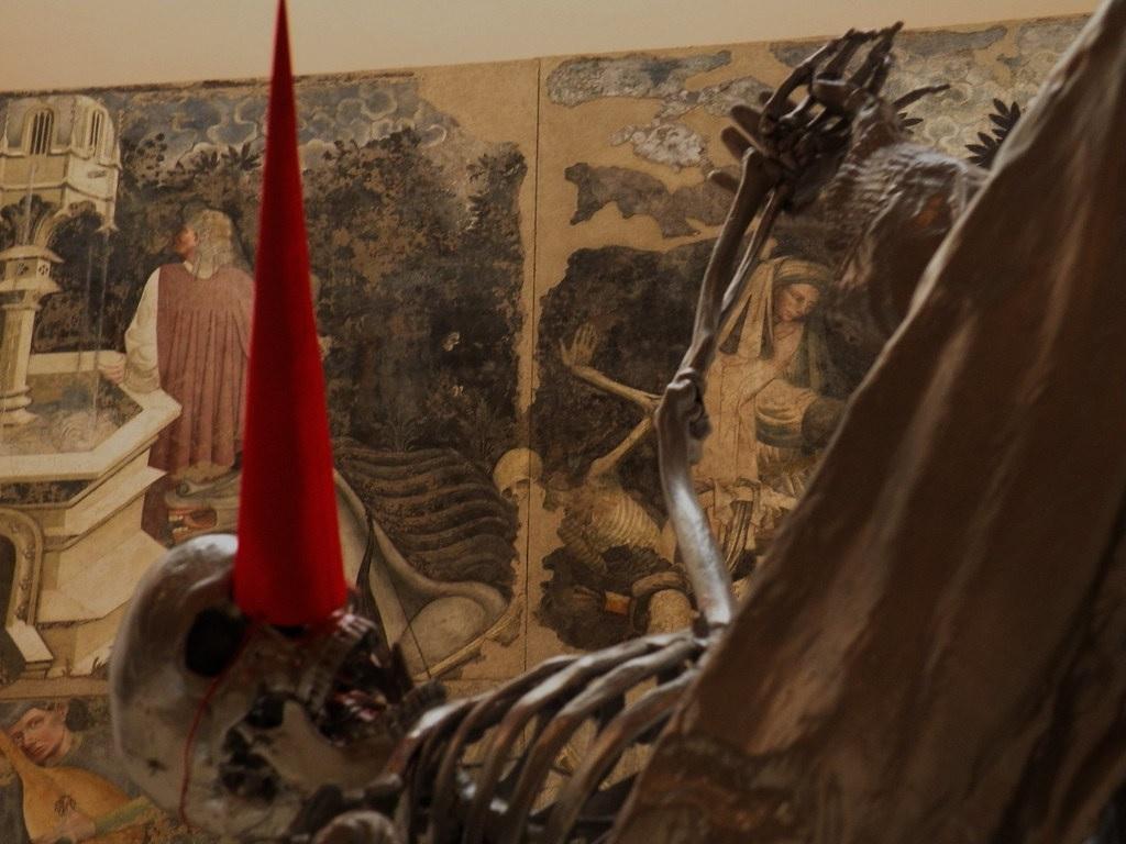 L'opera di Gloria Friedman dinanzi al Trionfo della Morte (Palazzo Abatellis), per la mostra del Museo Riso Essential Experiences, a cura di Lóránd Hegyi, 2009