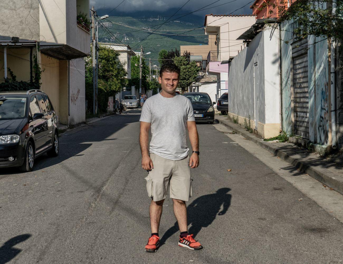 Sead Kazanxhiu nel suo quartiere di residenza, Kinostudio, a Tirana. Photo Marco Carlone