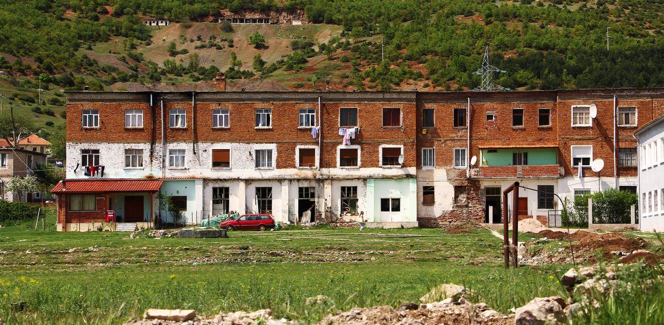Un palazzo abitato da rom a Perrenjas, Albania orientale. Photo Marco Carlone