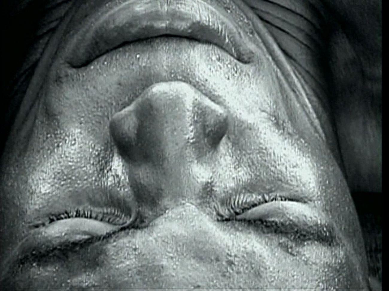Zwelethu Mthethwa, Flex, 2002, still da video. Courtesy the artist & Han Nefkens Foundation, Barcellona