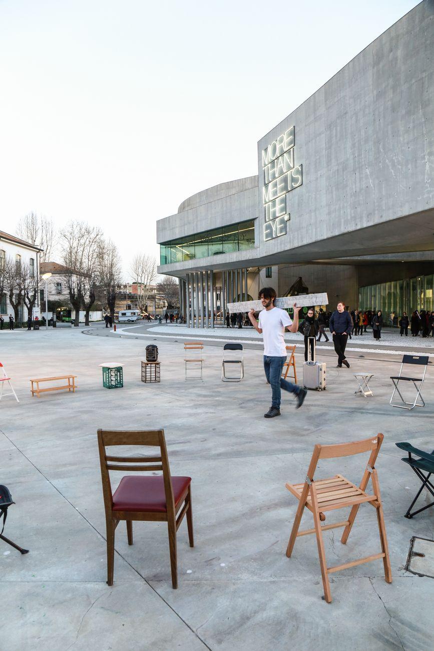 Jacopo Martinotti, Roma 1930, 2019, performance, piazzale del Museo MAXXI di Roma, credito dell'installazione One and Twenty One Chairs, Adrian Paci. Photo Stella Karafili