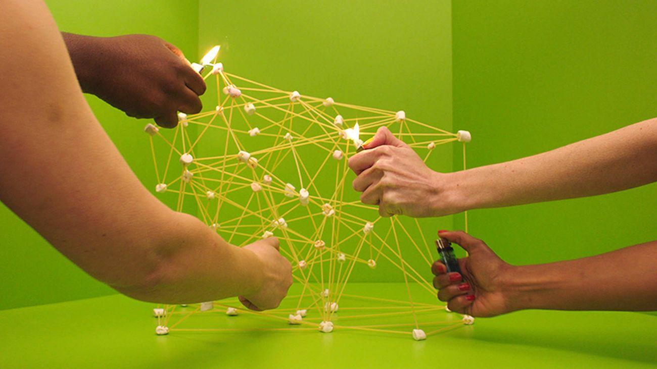 Mika Rottenberg, Spaghetti Blockchain, 2019, still da video © Mika Rottenberg. Courtesy the artist & Hauser & Wirth