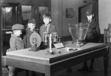 Studenti alla Children's Gallery del Science Museum, marzo 1934. Photo credit Science Museum SSPL