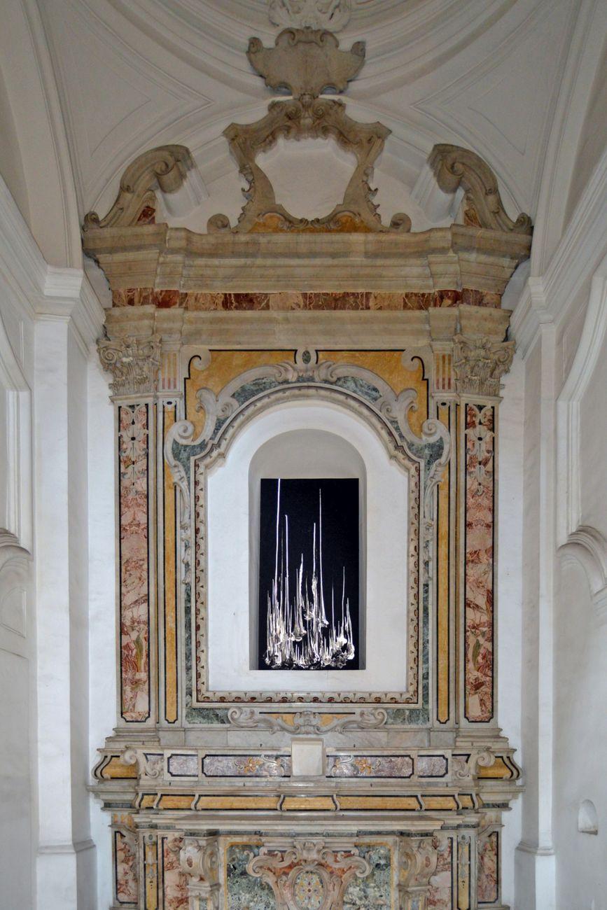 Alessandro Sciaraffa, Totem. Installation view at Complesso Monumentale di San Severo al Pendino, Napoli 2019. Photo credits Angelo Marra