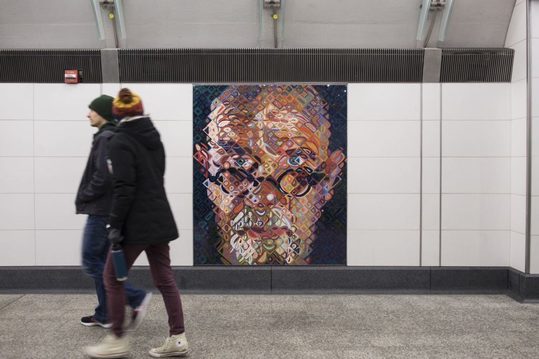 Chuck Close, Self Portrait, Subway Portraits, 2017. NYCT Second Avenue 86th Street Station. Commissionato da Metropolitan Transportation. Photo courtesy Mosaika Art and Design