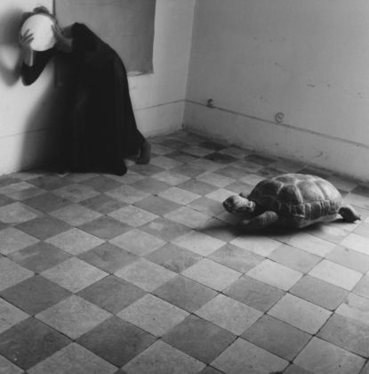 Francesca Woodman, Yet another leaden sky, 1977, stampa alla gelatina ai sali d'argento. Courtesy Mario Trevisan & the Estate of Francesca Woodman