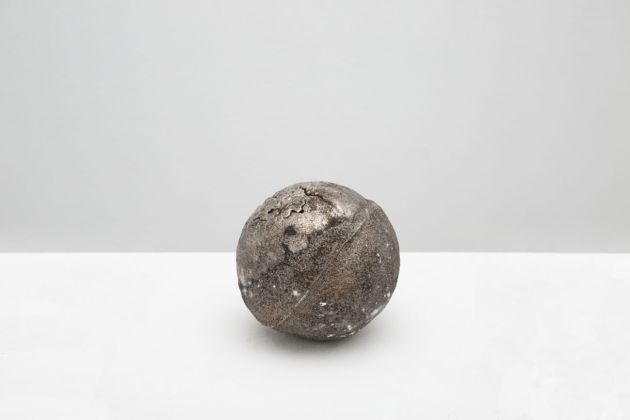Jay Heikes, Minor Planet, 2017. Cast bismuth 12,7 x 12,7 x 12,7 cm. Courtesy Jay Heikes and Federica Schiavo Gallery