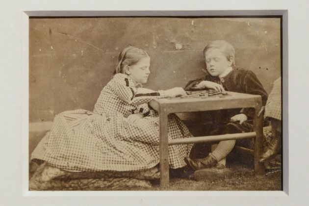 Lewis Carroll, The Game of Draughts. Charlotte Edith Denmann Arthur Denmann and Grace Denmann's legs), 1863, stampa all'albumina. Courtesy Mario Trevisan