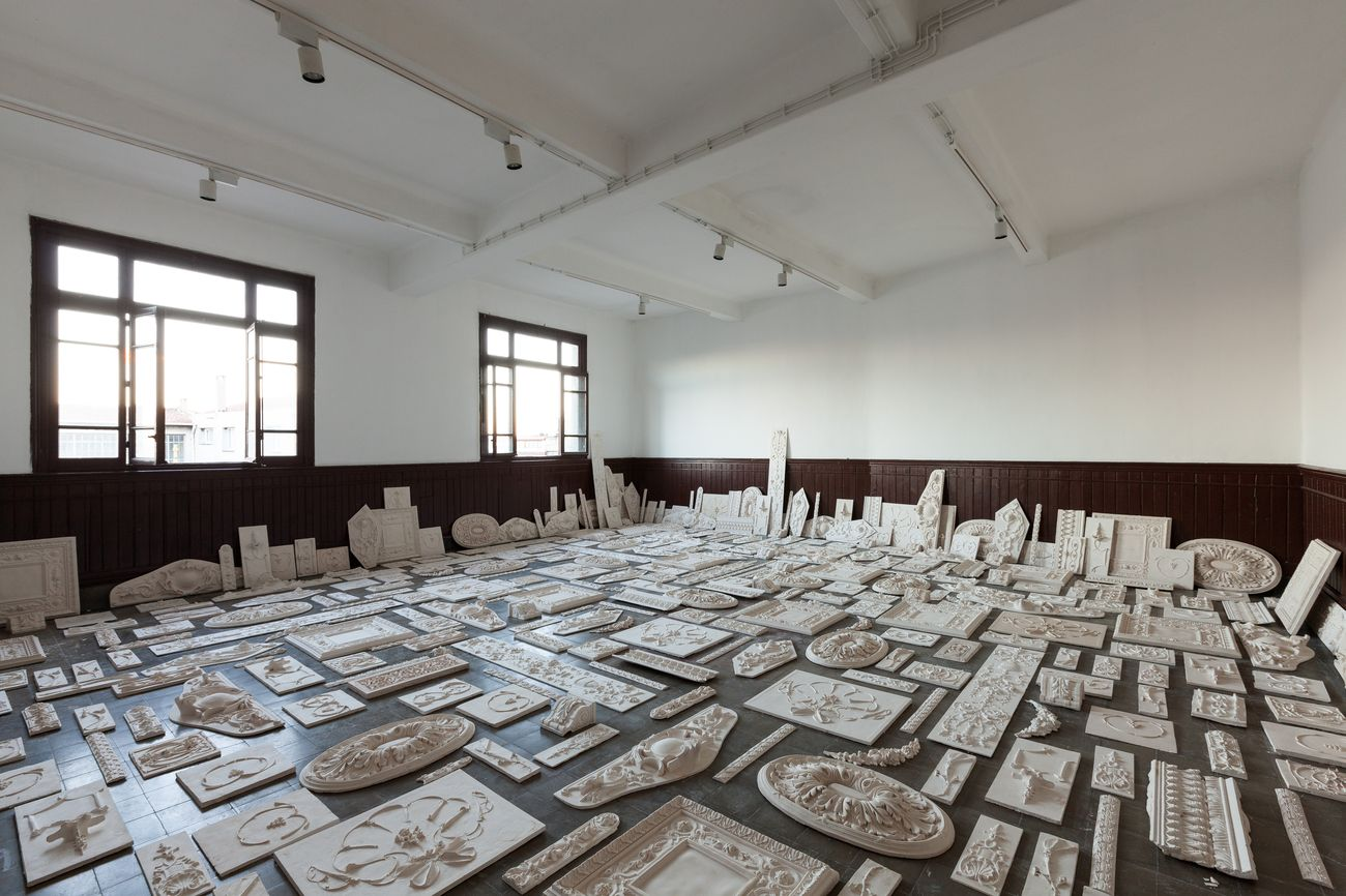 Michael Rakowitz, The flesh is yours, the bones are ours (La carne è vostra, le ossa sono nostre), 2015, veduta dell'installazione at 14th Istanbul Biennial, 2015. Photo Sahir Uġur Eren. Courtesy l'artista, Istanbul Foundation for Culture and Arts e Castello di Rivoli Museo d'Arte Contemporanea, Rivoli-Torino