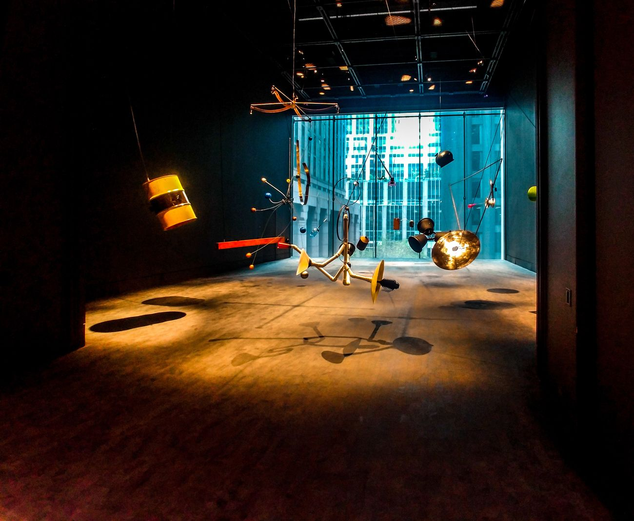 MoMA, New York. Il nuovo Studio dedicato alle arti performative ospita Rainforest (Variation 1) (1973–2015), installazione sonora con materiali di scarto, ideata da David Tudor. Photo Maurita Cardone