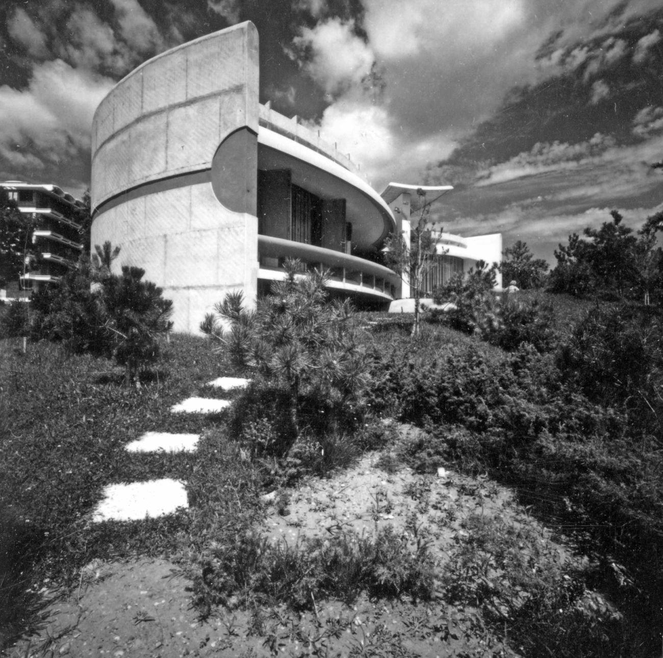 Marcello D'Olivo, Villa Spezzotti a Lignano Pineta. Photo Italo Zannier. Courtesy Archivio D'Olivo, Gallerie del Progetto, Civici Musei di Udine