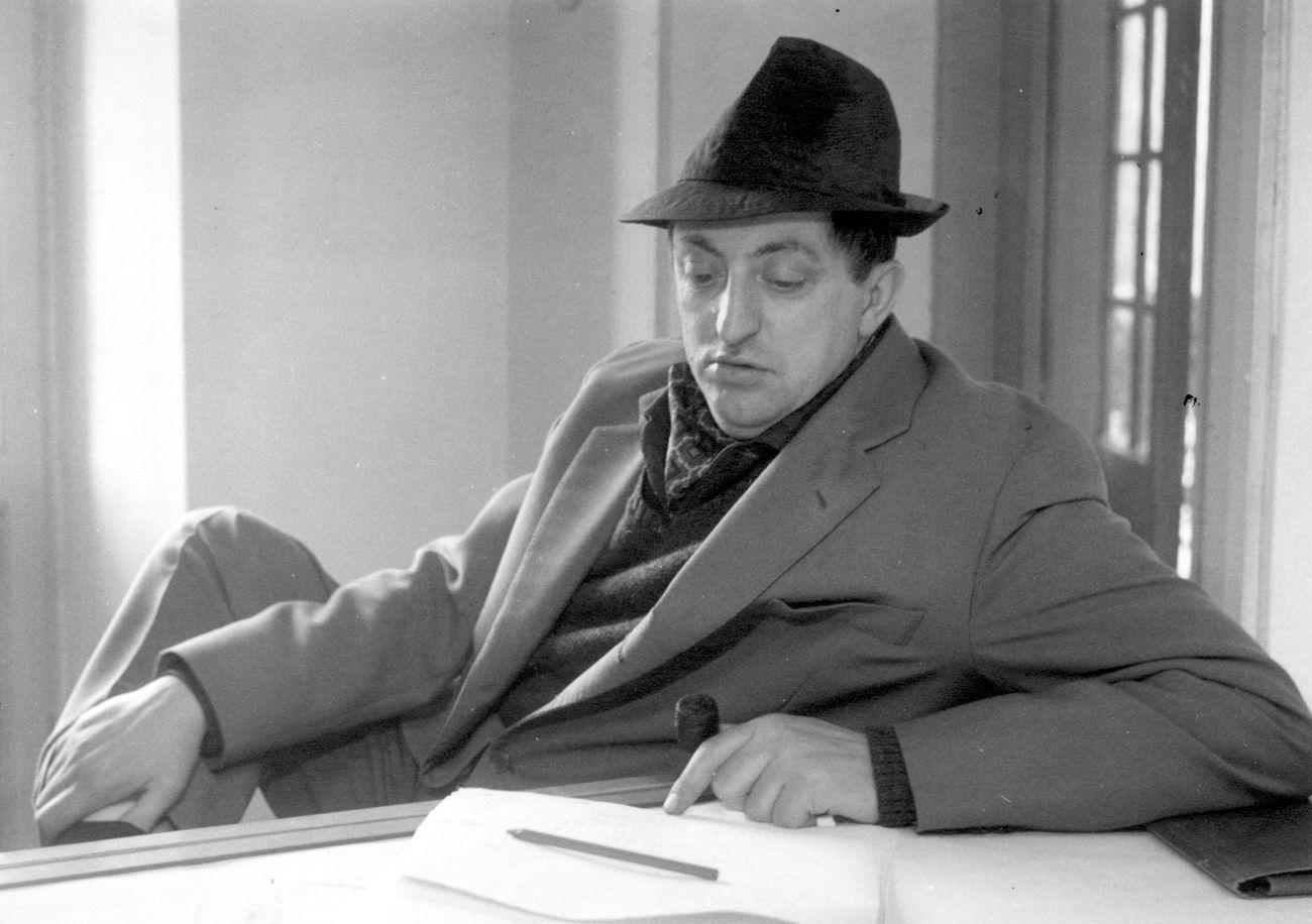 Marcello D'Olivo al lavoro nel suo studio di Trieste, 1953. Courtesy Archivio D'Olivo, Gallerie del Progetto, Civici Musei di Udine