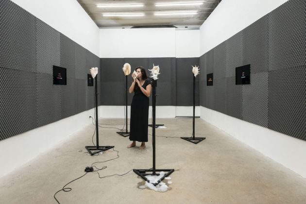 Marco Giordano. My mouth in your mind. Installation view at Frutta Gallery, Roma 2019, cantante/performer: Eleonora Gusmano
