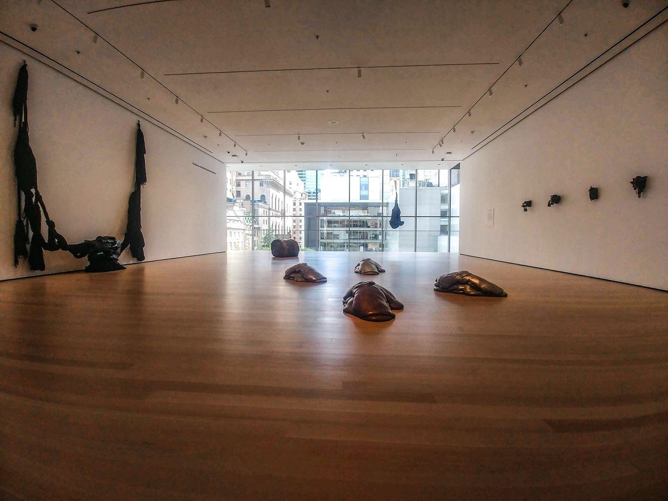 MoMA, New York. La stanza New Monuments, con opere di Barbara Chase-Riboud, Lynda Benglis e Louise Bourgeois. Photo Maurita Cardone
