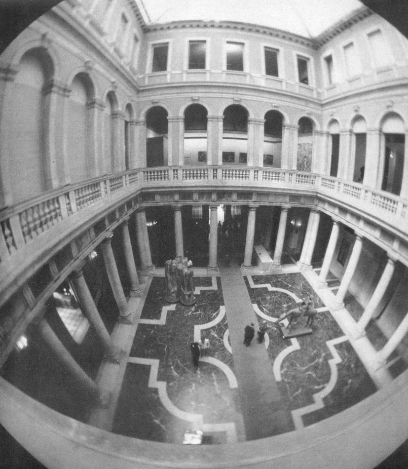 Il cortile interno di Palazzo Grassi con le opere di Etienne-Martin e Roël D'Haese in occasione di Campo Vitale, Palazzo Grassi, 1969