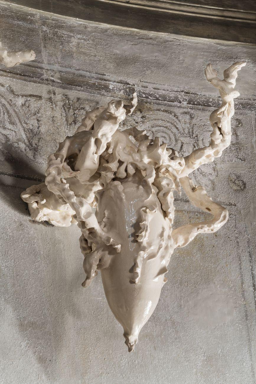 Sissi, Germogli Ossei, 2016 e 2019, ceramica smaltata, dimensioni variabili. Palazzo Benti voglio. Collezione Privata, Bologna. Photo Michele Sereni