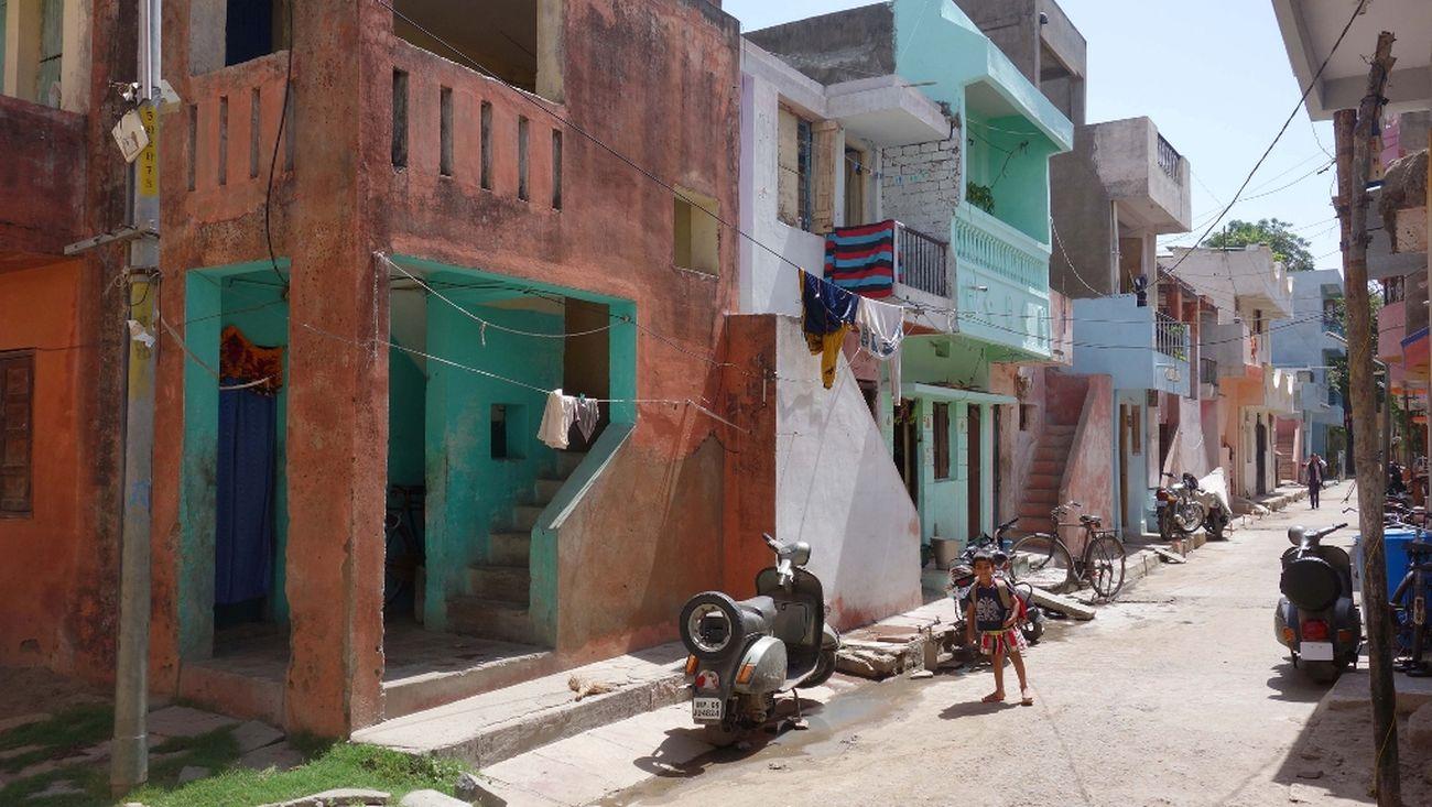 Balkrishna Vithaldas Doshi, Aranya Low Cost Housing, Indore, 1989, una strada del quartiere di edilizia sociale. Courtesy of Vastushilpa Foundation, Ahmedabad
