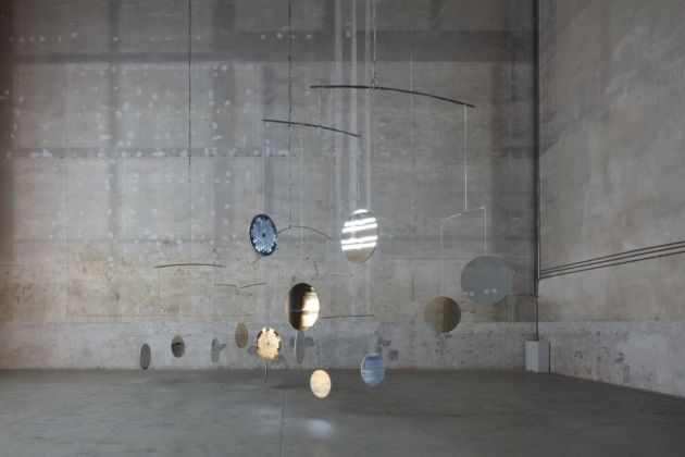 Cerith Wyn Evans, C=O=N=S=T=E=L=L=A=T=I=O=N (I call your image to mind), 2010. Installation view at Pirelli HangarBicocca, Milano 2019. Courtesy of the artist, Maja Hoffmann-Luma Foundation & Pirelli HangarBicocca. Photo Agostino Osio