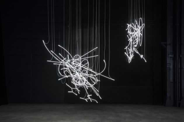 Cerith Wyn Evans, Neon Forms (After Noh), 2015-19. Installation view at Pirelli HangarBicocca, Milano 2019. Courtesy of the artist, White Cube, Marian Goodman Gallery & Pirelli HangarBicocca. Photo Agostino Osio