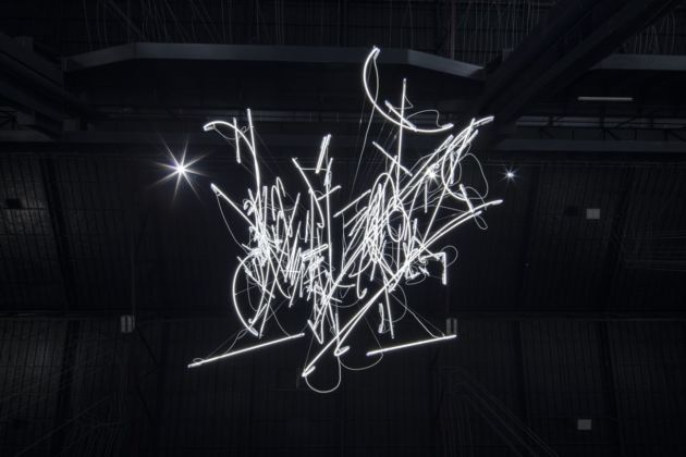 Cerith Wyn Evans, Neon Forms (After Noh XIII), 2018, particolare. Installation view at Pirelli HangarBicocca, Milano 2019. Courtesy of the artist, Marian Goodman Gallery & Pirelli HangarBicocca. Photo Agostino Osio